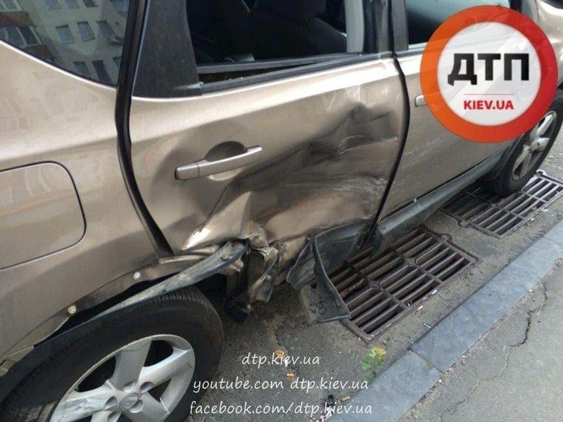 У Києві нахабний мотоцикліст розбив машину і зник: фото з місця ДТП