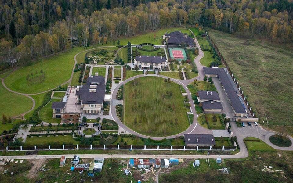Журналісти показали заміські будинки російських чиновників, яких вони соромляться