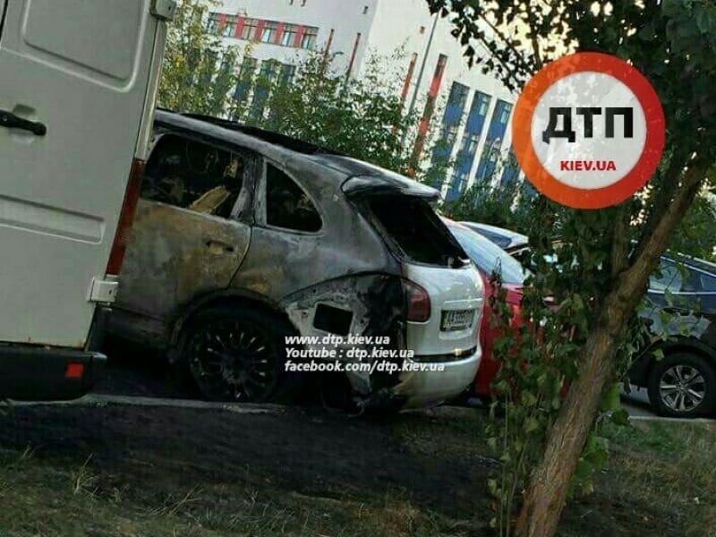 У Києві вночі спалили Porsche Cayenne: фото з місця НП