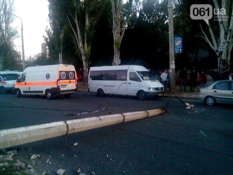 У Запоріжжі маршрутка налетіла на електростовп, поранено шість чоловік: опубліковані фото з місця ДТП