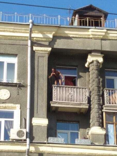 """Співав і кидав меблі: у Харкові голий чорношкірий влаштував """"дикі танці"""" на балконі. Фото і відеофакт"""