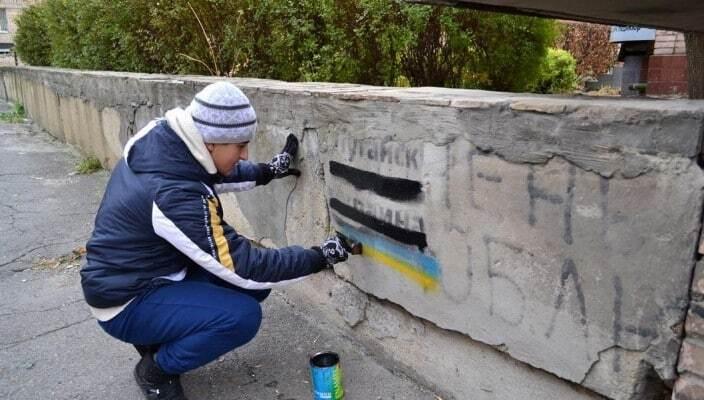 В окупованому Луганську зафарбували українські прапори чорним: опубліковані фото