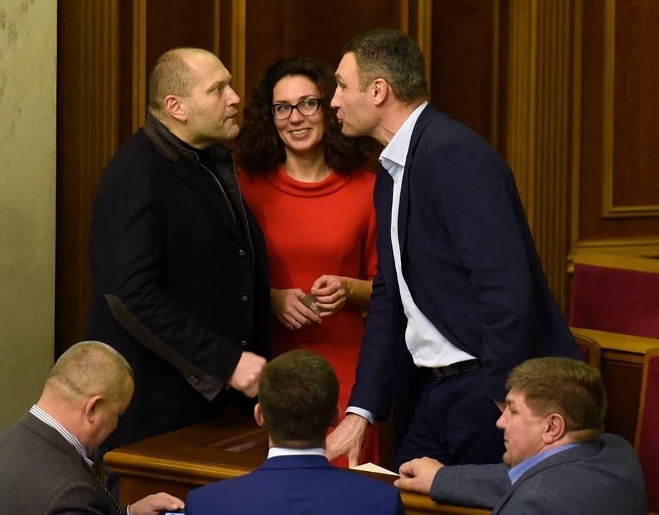 """Кличко і Береза """"дебатували"""" у Раді кулаками, усмішками, і навіть губками-качечками"""