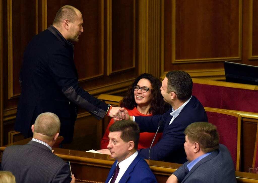 """Кличко и Береза """"дебатировали"""" в Раде кулаками, улыбками и даже губками-уточками"""