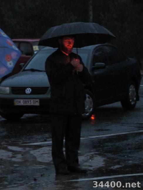 Герої не вмирають! На Рівненщині люди під дощем на колінах прощалися із загиблим воїном АТО. Фото і відеофакт