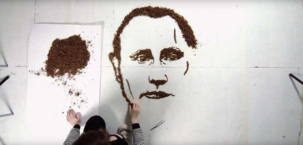 В Литве портрет Путина скормили курам