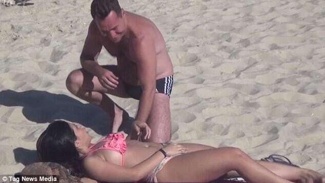 Девушка в бикини находчиво разыграла похотливых мужчин на пляже