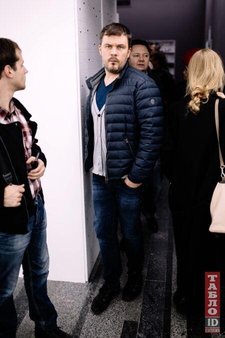 Жена Левочкина и Поярков в желто-голубых кроксах приобщились к искусству у Пинчука