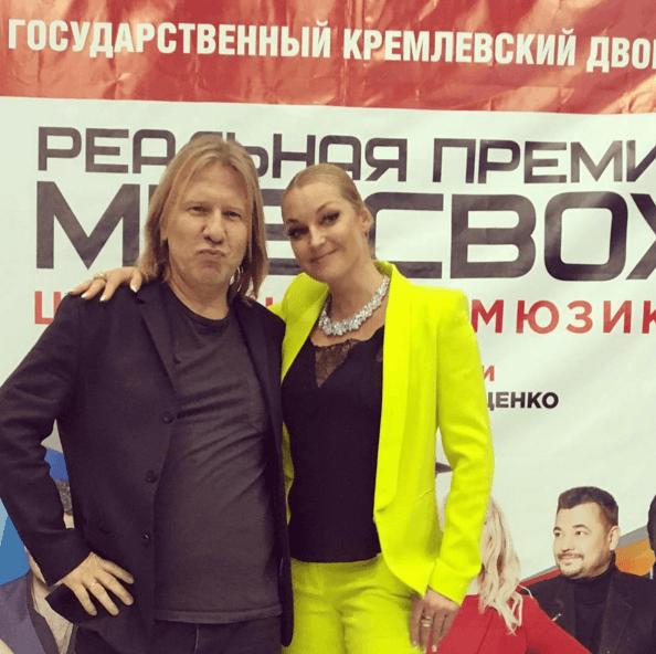 Волочкова в канареечном наряде обнималась со Зверевым в Кремле