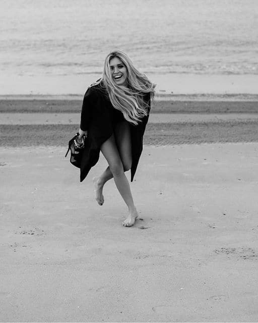 Вера Брежнева пробежалась по пляжу в пальто и без штанов: фотофакт