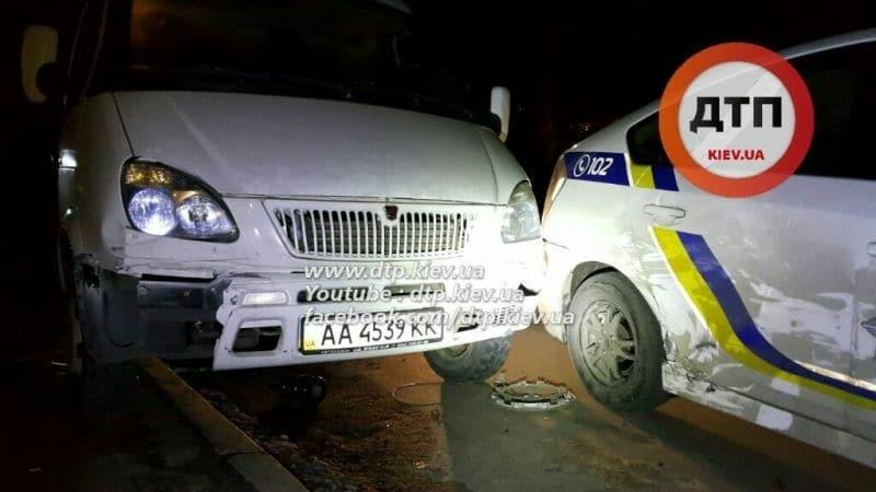 """У Києві п'яний водій """"Газелі"""" протаранив два поліцейських авто: опубліковані відео та фото"""