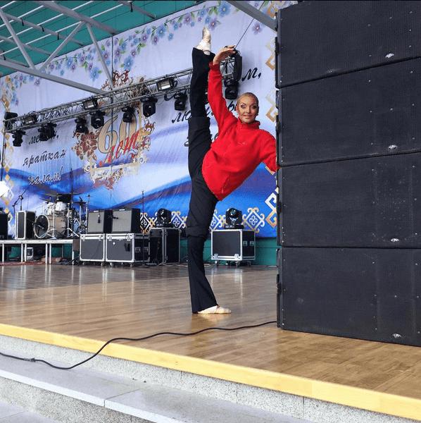 """Королева Инстаграма"": Волочкова получила анти-награду за свои коронные шпагаты"