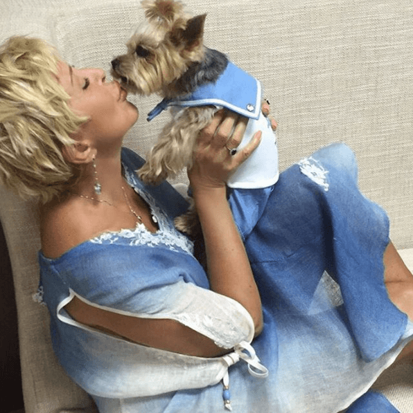 61-летняя Успенская устроила игрища в постели с собакой: опубликовано видео
