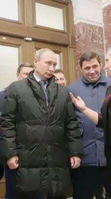 """Перша ознака кретина: палець """"непритомного"""" Путіна затьмарив його пуховик"""