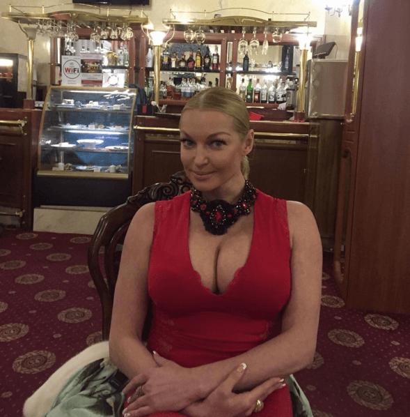 Волочкова выставила грудь напоказ и позировала голая в меховых валенках