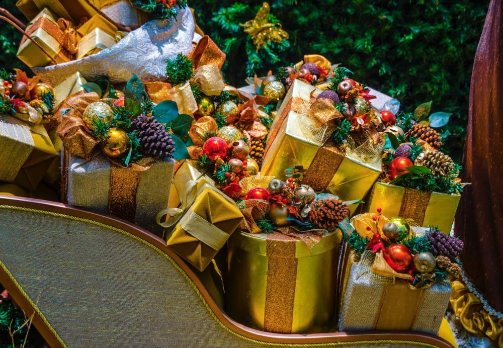 тут картинка гора подарков под елкой вдруг