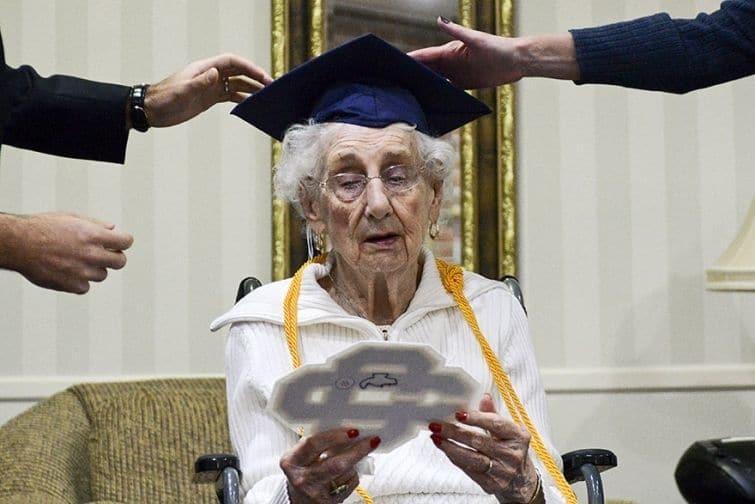 У США старенька розплакалася від щастя, коли в 97 років закінчила школу