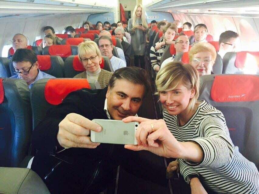 Саакашвили произвел фурор в эконом-классе самолета