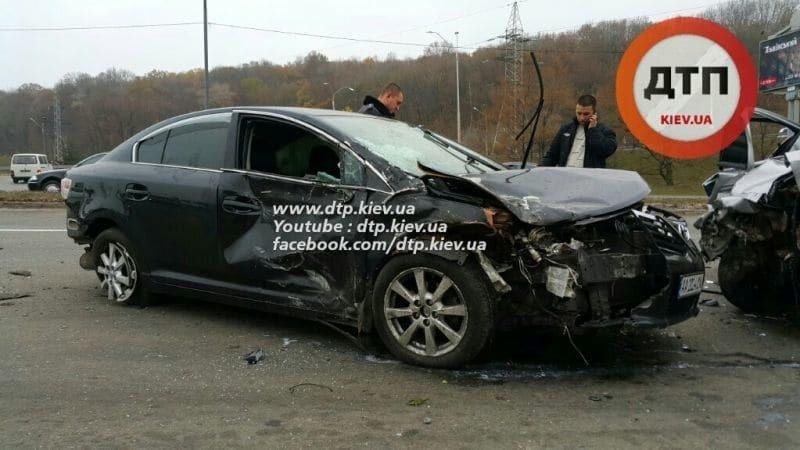 Масштабное ДТП в Киеве: Toyota снесла автокофейню и Geely