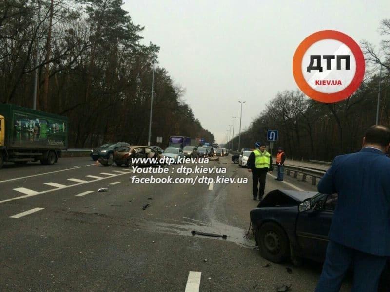 У Києві на Житомирській трасі сталася велика ДТП