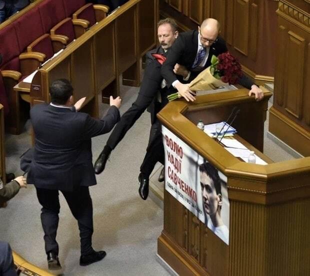 """Соцмережі відгукнулися на """"виніс"""" Яценюка з-за трибуни Ради: кращі фотожаби"""
