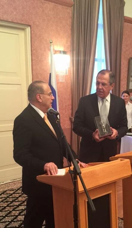 Презент со смыслом: Лаврову на Кипре подарили статуэтку горного барана
