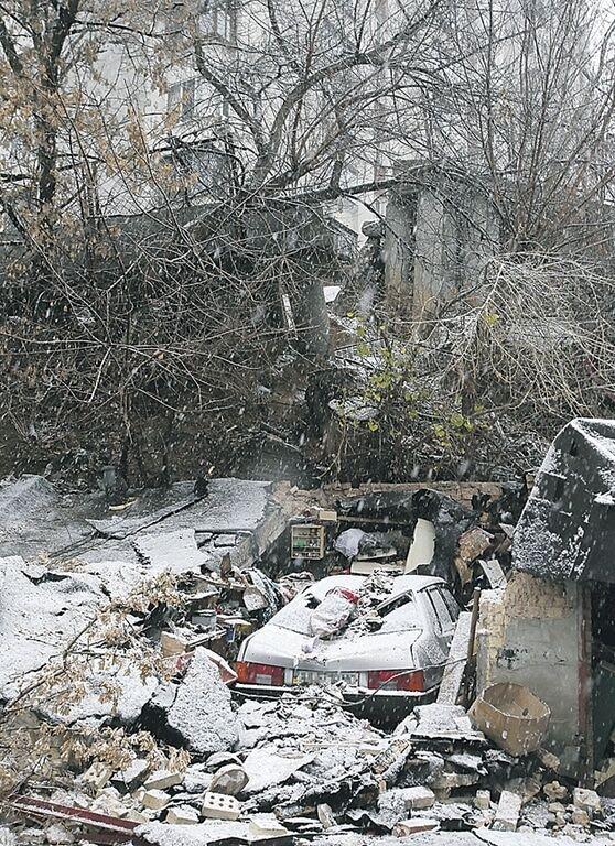 В Киеве оползень разбил автомобили в гаражах