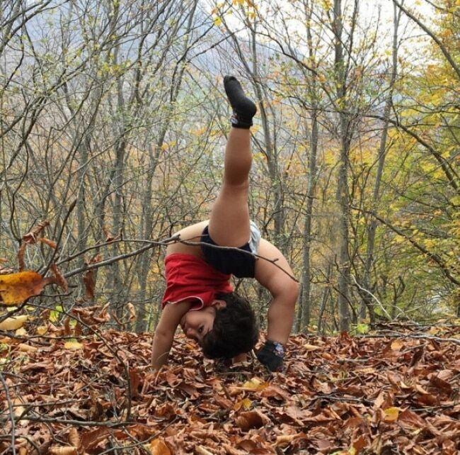 Двухлетний гимнаст поразил соцсети своими трюками