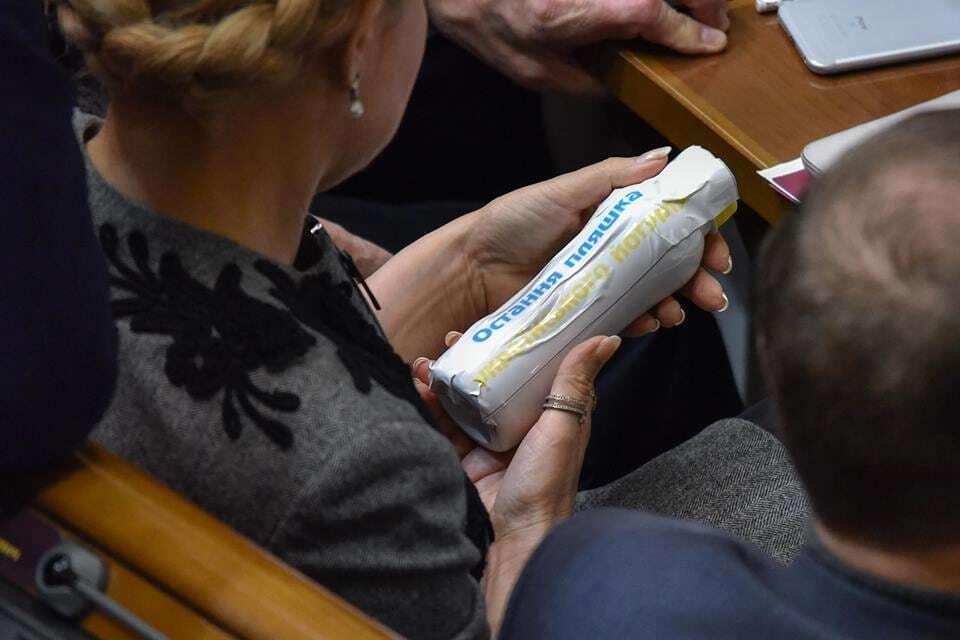 Чим би дитя не тішилося: у Раді помітили Тимошенко з йогуртом. Фотофакт