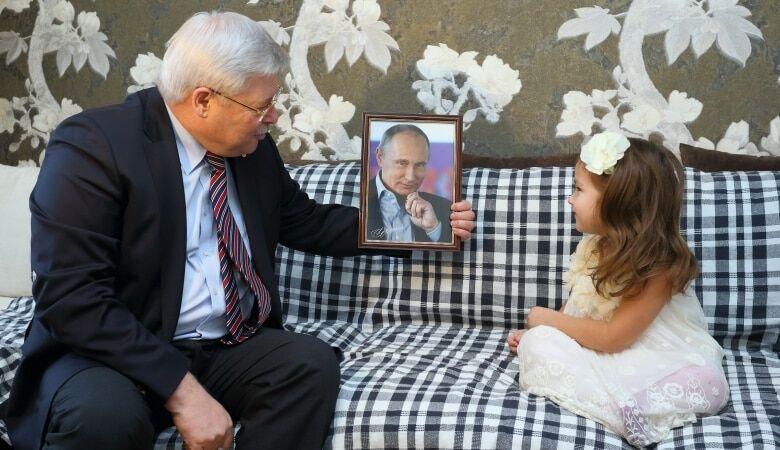 """""""Це криза!"""": Путін подарував 5-річній дівчинці своє фото замість ляльки"""