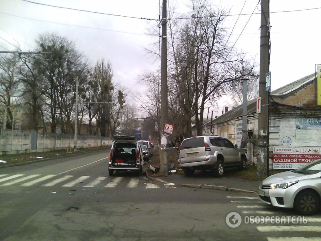 У Києві легковик розбив позашляховик: опубліковані фото