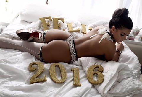 Сексуальная болельщица откровенно поздравила поклонников с Новым годом