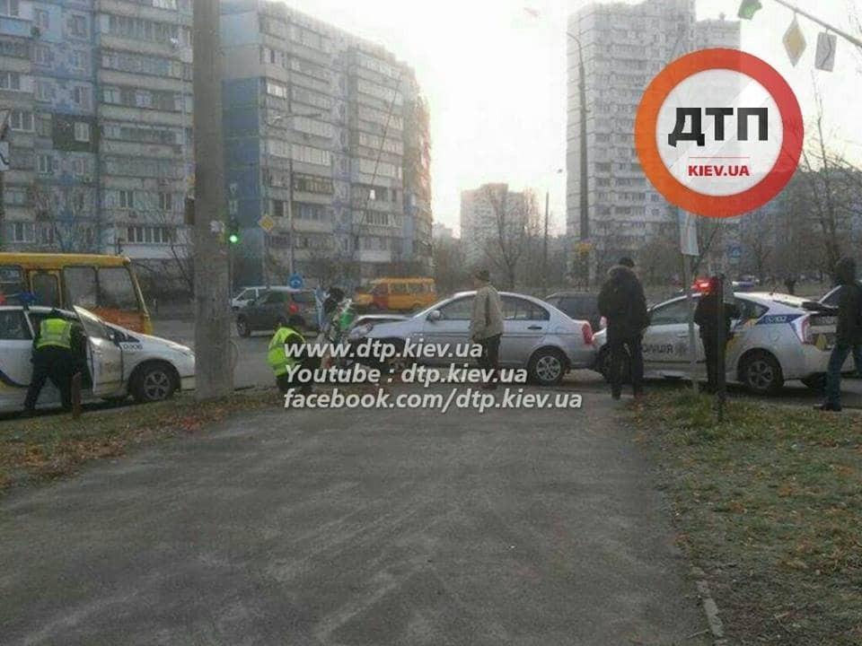 У Києві водій Hyundai тікав від поліції і збив світлофор