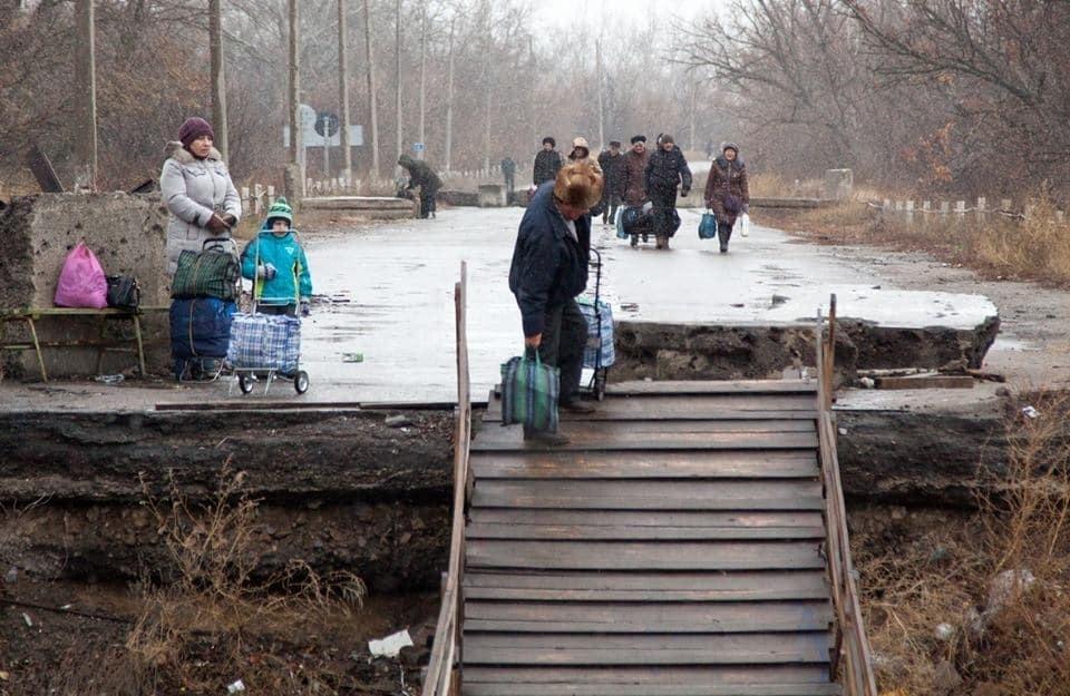 Не для слабаків: опубліковані фото моторошного пішохідного переходу у Станиці Луганській
