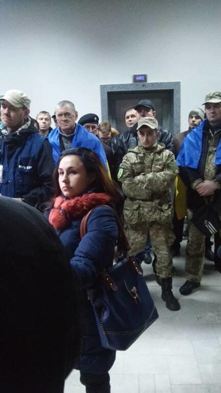 """Активісти """"взяли під охорону"""" мерію Кривого Рогу: опубліковані фото"""