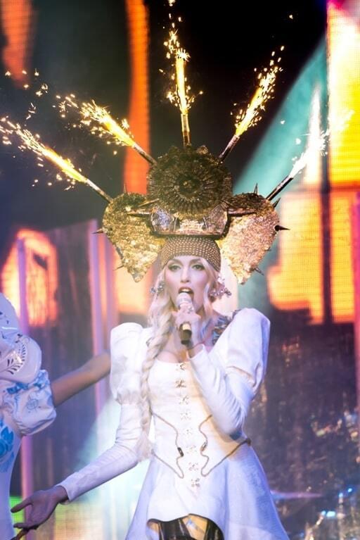 Полякова влаштувала в Києві грандіозне шоу: долари гребла золотою лопатою