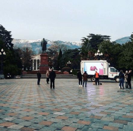 """Кримчани проігнорували російські """"зомбо-машини"""": фотофакт"""