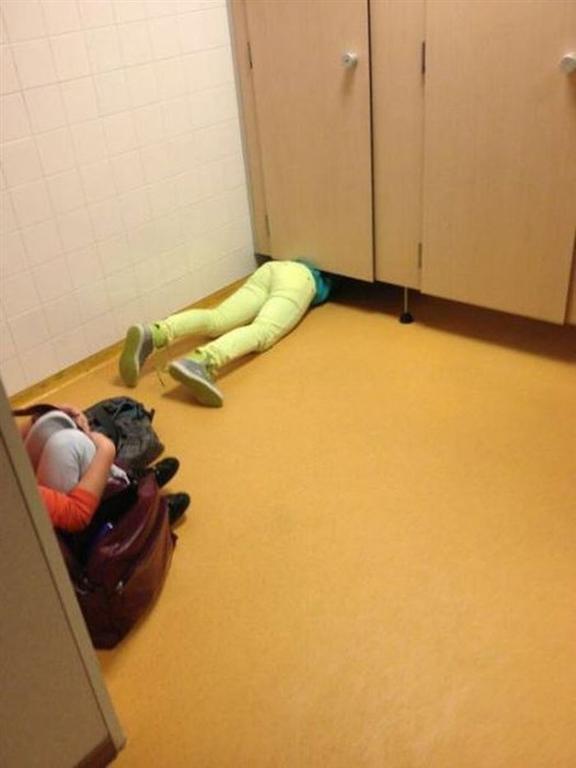 "Девушки в ""неловких"" ситуациях: опубликована подборка фотографий"