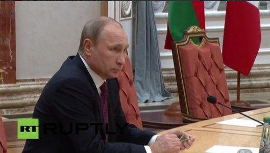 По стопам Януковича: Путин сломал карандаш во время переговоров в Минске. Фотофакт
