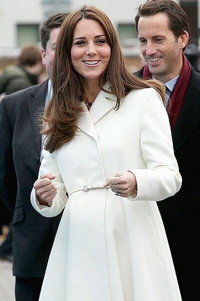 Беременная Кейт Мидлтон в приталенном пальто появилась на публике: опубликованы фото