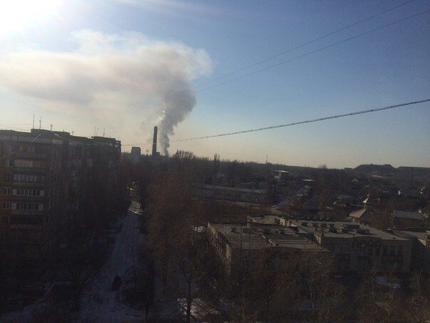 В Донецке снаряд попал в здание детсада, над городом поднялся столб дыма: опубликовано фото