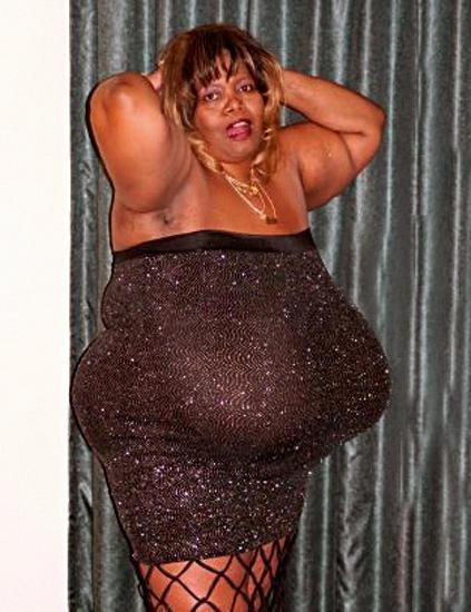 Опубликовано фото модели с самой большой грудью в мире