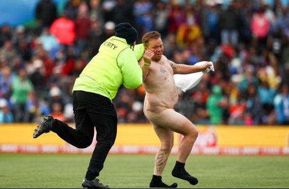 Голый идиот прервал матч Кубка мира по крикету: курьезные фото
