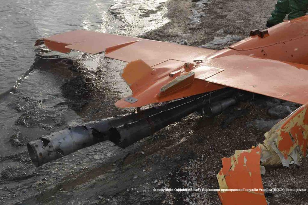 Пограничники нашли в Азовском море сбитый беспилотник: фото вражеского дрона