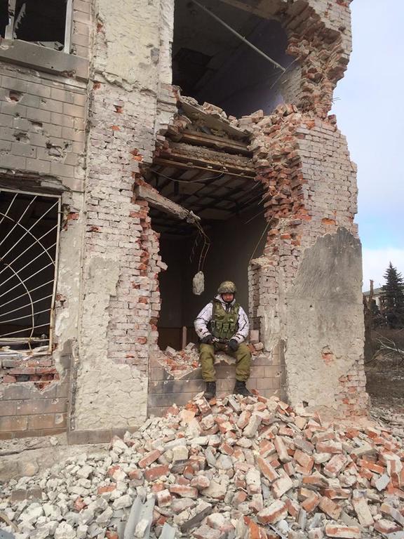 Поселок-призрак. Как выглядят разрушенные боевиками Пески: фоторепортаж