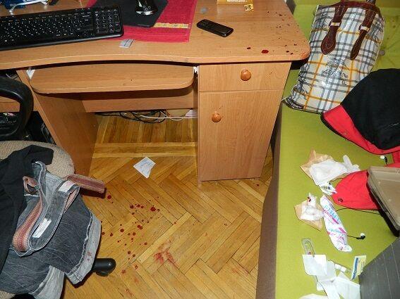 Ребенка и мужчину в Киеве пытались зарезать из-за золотых сережек: фото и видео с места события