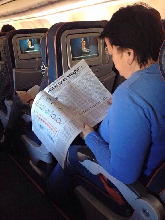 """Росіяни прямо в літаку до Нью-Йорка читають: """"А якщо хохли нападуть?"""". Фотофакт"""