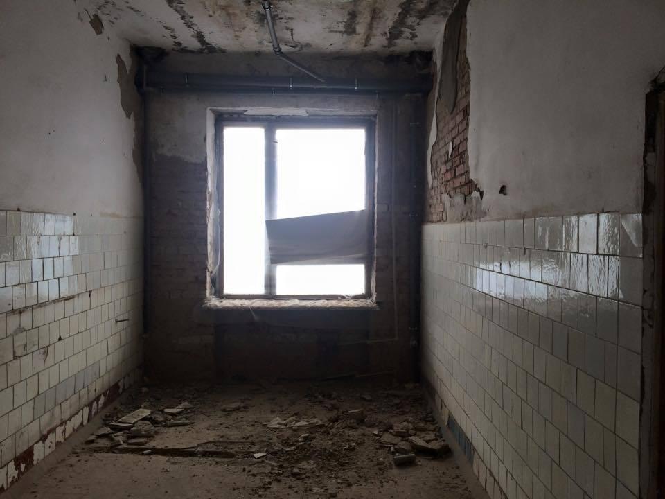 Волонтер показал ужасающие фото казармы для украинских военных: ободранные стены и куча мусора