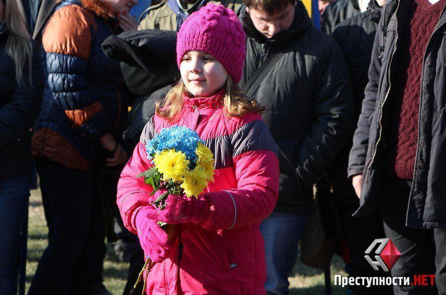 Памятники Героям, огромные тризубы, небесные фонарики: как вспоминали Небесную сотню в городах Украины