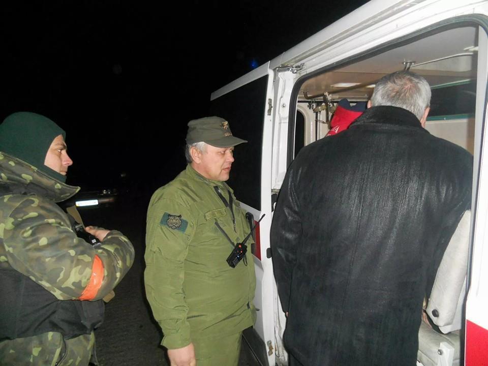 Медики, рискуя жизнью, вывезли из Донецка тяжелораненого бойца АТО: фотофакт